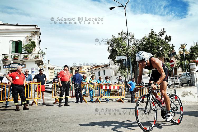 PESCARA (PE) 10/06/2012 - IRON MAN ITALY 70.3 ITALY. NELLA FOTO IL PASSAGGIO DEGLI ATLETI NEL COMUNE DI MOSCUFO (pe). FOTO DI LORETO ADAMO