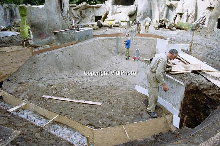 Foto: VidiPhoto..AMERSFOORT - Glas wordt steeds populairder in dierentuinen. Behalve haaien (Burgers Zoo), ijsberen (Ouwehands), witte tijgers (Dierenpark Amersfoort) gaan in laatstgenoemde dierentuin ook de bruine beren en de kraagberen achter glas. De berenverblijven worden bovendien gemoderniseerd en uitgebreid. Het glas wordt zo geplaatst dat tot een halve meter onder water gekeken kan worden. Het nieuwe verblijf moet voor de herfstvakantie klaar zijn.