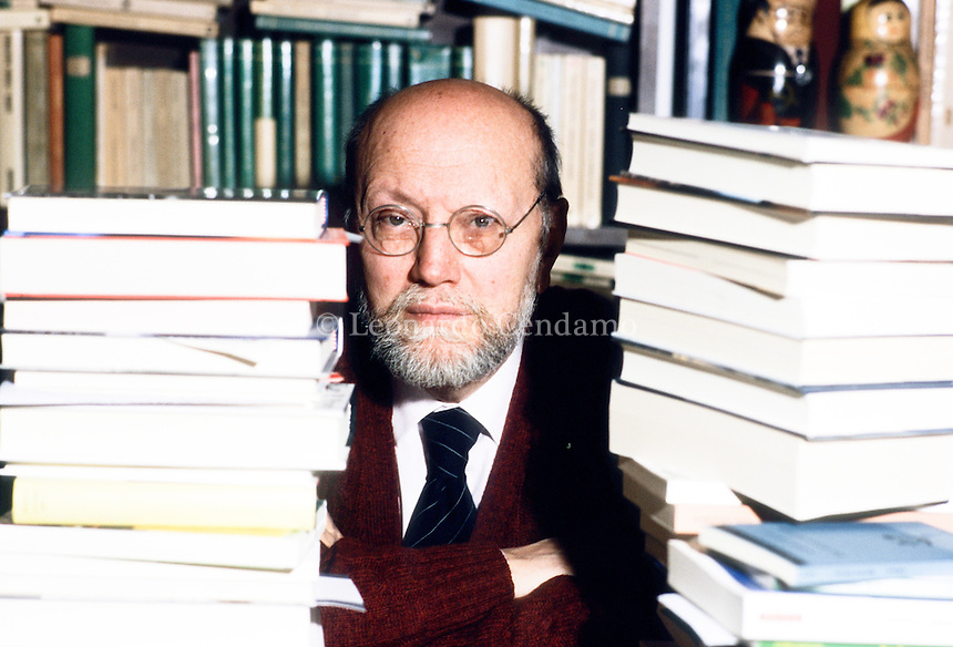 Ferruccio Parazzoli, nato a Roma nel 1935, vive a Milano.Lavora nell'editoria dove è stato a contatto con i maggiori autori del '900 e dove ha diretto per dieci anni gli Oscar Mondadori.  È autore di numerosi romanzi, saggi, racconti, vincitori dei più importanti premi letterari nazionali tra cui la cinquina del Premio Campiello (1977 e 1982) e del Premio Strega (1985). Milano, 22 dicembre 1998. © Leonardo Cendamo