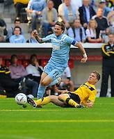 2. Oktober 2011: Muenchen, Allianz Arena: Fussball 2. Bundesliga, 10. Spieltag: TSV 1860 Muenchen - SG Dynamo Dresden: Dresdens Florian Jungwirth (r) gegen Muenchens Benjamin Lauth.