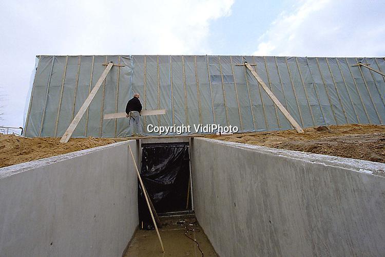 Foto: VidiPhoto..GROESBEEK - De zijkant van het Nationaal Bevrijdingsmuseum in Groesbeek is ingepakt. Het museum is gestart met een grootscheepse uitbreiding. Behalve nieuwe tentoonstellingsruimten, krijgt het museum een souterain-depot, museumwinkel en een nieuwe ontvangsthal. In mei moet alles klaar zijn. De bouwkosten bedragen bijna 2 miljoen gulden. Binnen vier jaar wil het museum het bezoekersaantal .verdubbelen..