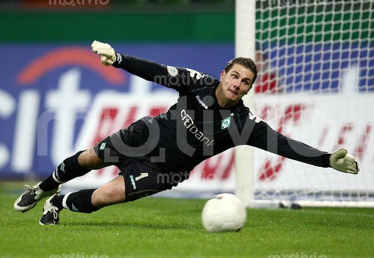 FUSSBAL    REGIONALLIGA NORD/DFB POKAL    SAISON 2007/2008 Torwart Nico PELLATZ (SV Werder Bremen II), Einzelaktion am Ball
