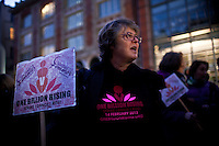 una partecipante al flash mob con cartello