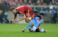FUSSBALL   CHAMPIONS LEAGUE   SAISON 2011/2012     02.11.2011 FC Bayern Muenchen - SSC Neapel Thomas Mueller (li, FC Bayern Muenchen) gegen Blerim Dzemaili (SSC Neapel)
