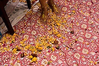 Delhi, India, 20 gennaio 2011. Matrimonio di Sumedha e Sapan. Sumedha attorniata dai parenti, il mattino del matrimonio, durante le celebrazioni propiziatorie a casa della sposa.