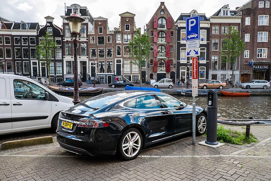 Nederland, Amsterdam, 30 mei 2015<br /> Tesla staat geparkeerd bij oplaadpaal voor electrische auto's. <br /> <br /> Foto: Michiel Wijnbergh