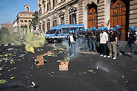 Roma 5 Giugno 2010.Manifestazione nazionale indetta da USB e Confederazione Cobas contro la manovra-massacro e l'attacco a diritti, salario, welfare.Gli ortaggi lanciati davanti al Ministero dell'Economia e Finanze..Rome June 5, 2010.National demonstration by trade unions and USB Cobas Confederation Against the maneuver-massacre and the attack on the rights, wages, welfare of the Berlusconi government