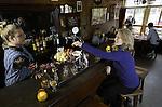 Foto: VidiPhoto<br /> <br /> ARNHEM - Voor de bezoekers van het Nederlands Openluchtmuseum is de Amsterdamse Jordaan dichterbij dan ooit. Dinsdag ging de beroemde kroeg van Tante Stien (Caf&eacute; de Koevoet), een kleine buurtkroeg uit de Lindenstraat, open voor een try out met een echte Tante Stien (Linda Rutten) en de nodige hapjes en drankje. Van 24 maart, als het nieuwe seizoen van start gaat, kan ook het publiek van het caf&eacute; gebruik maken. Tante Stien was tot 1972 de uitbaatster van de kroeg in het Amsterdamse pandje, nagebouwd in de Westerstraat van het Openluchtmuseum. Bezoekers kunnen meezingen met Amsterdamse levensliederen van Johnny Jordaan, Tante Leen of Willy Alberti. Het is dit jaar ook mogelijk om de kroeg af te huren voor recepties of bijeenkomsten. Het Openluchtmuseum verwacht enorme belangstelling voor de kroeg van Tante Stien.