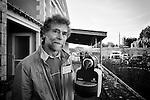 Jean-Michel, un des bénévoles du Repair Café de Beaufort-en-Vallée (Maine-et-Loire) nous montre comment les fabricants font tout pour empécher la répartion de leurs produits : ici, sur une machine à café Magimix, des vis à têtes ovales… ou des vis qui ne tournent que dans un sens !!