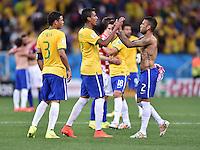 FUSSBALL WM 2014  VORRUNDE    Gruppe A    12.06.2014 Brasilien - Kroatien Freude nach dem Abpfiff: Thiago Silva, Luiz Gustavo und Daniel Alves (v.l., alle Brasilien)