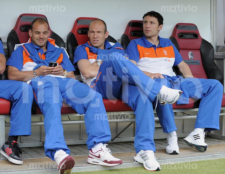 Fussball International:  Testspiel   26.05.2010 Holland - Mexiko Wesley Sneijder, Arjen Robben  und  Mark van Bommel  (v.li.) auf der Bank