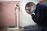 Ivan, der eingelieferte Patient sitzt vollkommen apathisch im<br />Untersuchungsraum und sich kaum aufrecht halten kann. Als wir<br />am Nachmittag im psychiatrischen Krankenhaus nach einer<br />Fotoerlaubnis fragen, wird diese harsch abgelehnt. // Moldova is still the poorest country of Europe. Hopes to join the European Union are high. After progress in the past years tuberculosis is on the rise again. The number of new patients raise since 2010 and is on a level that has not been reached since the late 90s.