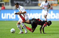 FUSSBALL   1. BUNDESLIGA  SAISON 2011/2012   1. Spieltag FC Augsburg - SC Freiburg            06.08.2011 Akaki Gogia (li, FC Augsburg) gegen Cedric Makiadi (re, SC Freiburg)