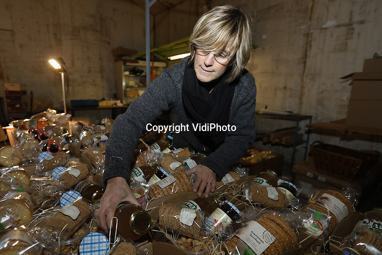 Foto: VidiPhoto<br /> <br /> HETEREN - Hermien Selman uit Elst, stelt donderdag de kerstpakketten samen in de landwinkel van Frans van Brandenburg uit Heteren. Daar is ze dagelijks mee bezig, want voor de 'agrarische' kerstpakketten van de Betuwse ondernemer is enorm veel belangstelling.