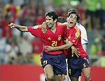 Fussball INTERNATIONAL EURO 2004 Spanien - Russland JUBEL ESP; David Albelda (re) umarmt den Torschuetzen zum 1-0 Juan Carlos Valeron