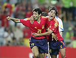 Fussball INTERNATIONAL EURO 2004 Spanien - Russland JUBEL ESP; David Albelda (re) umarmt den Torschuetzen zum 1-0 Juan Carlos Valeron