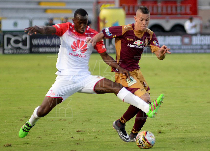IBAGUÉ -COLOMBIA, 04-03-2015. Matheus Uribe (Der) del Deportes Tolima disputa el balón con Baldomero Perlaza (Izq) de Independiente Santa Fe durante partido por la fecha 17 de la Liga Águila I 2016 jugado en el estadio Manuel Murillo Toro de Ibagué./ Matheus Uribe (R) player of Deportes Tolima struggles for the ball with Baldomero Perlaza (L) player of Independiente Santa Fe during match for the date 17 of the Aguila League I 2016 played at Manuel Murillo Toro stadium in Ibague city. Photo: VizzorImage / Juan Carlos Escobar / Cont