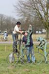 Foto: VidiPhoto<br /> <br /> DE BILT - Ter gelegenheid van de start van de Tour de France Utrecht in juli, wordt in het stadscentrum een Tourbeeld van de bekende kunstenaar Jits Bakker geplaatst. Hiermee gaat een lang gekoesterde wens van de vorig jaar juni overleden beeldhouwer in vervulling. Het kunstwerk met de naam De Tourrenners is al jaren geleden gemaakt door Bakker, in de hoop dat de gemeente Utrecht dit werk zou aanschaffen. Utrecht heeft namelijk al eerdere pogingen gedaan om de Tourstart binnen te halen. Dat mislukte steeds. Jits Bakker is 50 jaar verbonden geweest aan Utrecht. Na zijn studie aan de Grafische School in Utrecht ging hij in het nabijgelegen De Bilt wonen. Beelden van de internationaal bekende kunstenaar staan in veel wereldhoofdsteden. Een schaalmodel van De Toerrenners wordt donderdag officieel overhandigd aan het stadsbestuur door de zoon van Jits, Tibo van de Zand. Het beeld zelf komt in juli bij het Centraal Station en het nieuwe stadskantoor, in het hart van de stad. Vorig jaar ontving Jits Bakker postuum de Sport en Art Award van het IOC, als eerbetoon voor het verspreiden van de Olympische waarden en zijn betekenis voor de sport in Nederland. Zo ontwierp hij diverse internationale sportprijzen, waaronder meer de bekende Jaap Eden-sculptuur. Foto: Zoon Tibo (l) geeft dinsdag het kunstwerk De Tourrenners een opknapbeurt.