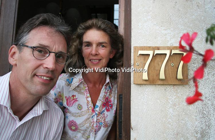 Foto: VidiPhoto...TOURNUS - Joan en Truus Koster, eigenaren van de voormalige wijnboerderij en Chambres d' Hotes La Montagne in Tournus, Frankrijk. Joan en Truus Koster uit Nederland runnen daar de stichting L'Abri, waar christelijke jongeren een time-out kunnen houden. La Montagne ligt precies 777 kilometer van hun oude woonplaats Rhenen in Nederland. Ze hebben onlangs van de gemeente toestemming gekregen om hun huisnummer te veranderen in 777.