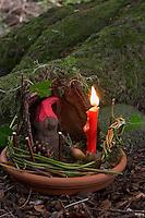 Kinder basteln Zwergengärtchen, Zwergen-Gärtchen aus Naturmaterialien, Bastelei, Tonschale wird mit Moos ausgelegt und mit brennender Kerze, Rinde, Eicheln, Äste und Blätter dekoriert. Zwerg aus Ton.