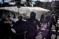 Roma 16 Ottobre 2015<br /> Un centinaio di studenti ha protestato in piazzale Aldo Moro, di fronte all&rsquo;Universit&agrave; La Sapienza, la sede del  Maker Faire 2015, la fiera dell&rsquo;innovazione europea organizzata all&rsquo;interno dell'universita. I manifestanti denunciano l&rsquo;uso privatistico di una struttura pubblica, l&rsquo;interruzione delle attivit&agrave; di ricerca e la non trasparenza sull&rsquo;uso dei ricavi.I manifestanti vengono colpiti dagli idranti della polizia.<br /> Rome 16 October 2015<br /> A hundred students protested in Piazzale Aldo Moro, opposite the University La Sapienza, the headquarters of the Maker Faire 2015, the European innovation fair organized within the university. Protesters denounce the  private use of a public facility, the interruption of research and lack of transparency on the use of revenues. Protesters are hit by water cannons police
