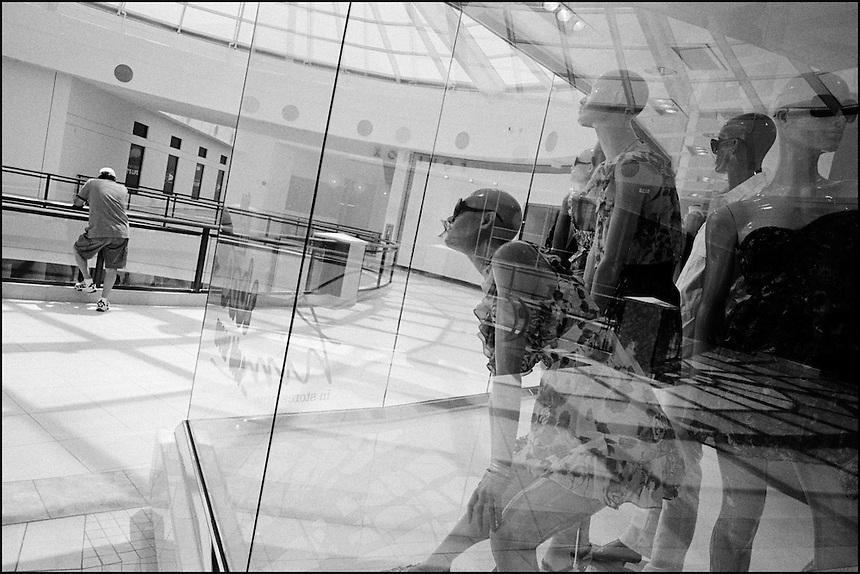 Aventura mall<br /> From &quot;Miami in Black and White&quot; series. Aventura, FL, 2009