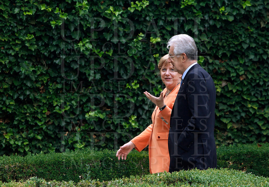 Il Cancelliere tedesco Angela Merkel, a sinistra, parla al Presidente del Consiglio Mario Monti nel giardino di Villa Madama, in occasione di un vertice  intergovernativo italo-tedesco  a Villa Madama, Roma, 4 luglio 2012..German Chancellor Angela Merkel, left, talks to Italian Premier Mario Monti in the garden of Villa Madama, in occasion of a bilateral summit, at Rome's Villa Madama, 4 july 2012..UPDATE IMAGES PRESS/Isabella Bonotto