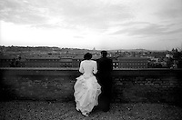 Roma.Sposi guardano  la citt&agrave; dalla terrazza del Gianicolo.<br />