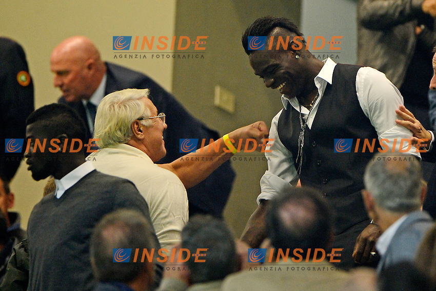 Mario Balotelli Milan incassa un pugno sulla spalla in tribuna<br /> Milano 4-10-2015 Stadio Giuseppe Meazza - Football Calcio Serie A Milan - Napoli. Foto Giuseppe Celeste / Insidefoto