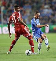 FUSSBALL  SUPERCUP  FINALE  2013  in Prag    FC Bayern Muenchen - FC Chelsea London          30.08.2013 Fernando Torres (re, FC Chelsea) gegen Jerome Boateng (li, FC Bayern Muenchen)