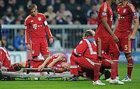FUSSBALL   CHAMPIONS LEAGUE   SAISON 2011/2012     02.11.2011 FC Bayern Muenchen - SSC Neapel Bastian Schweinsteiger (FC Bayern Muenchen) ist an der Schulter verletzt, beobachtet von Philipp Lahm (li, FC Bayern Muenchen)