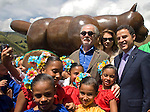 """The painter and sculptor Fernando Botero formalizes the collection of your esciltura """"El Gato"""" to the city of Medellin, which was installed in the Park Library San Cristobal. Accompanying the Mayor Anibal Gaviria (d) and his wife Sofia Vari (c)"""