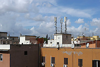 Antenne televisive sopra i tetti e le terrazze dei palazzi a Roma.Aerial television on the roofs and terraces of the buildings in Rome.
