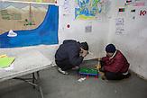 In a day center near the camp, organized by several aid agencies (UNHCR, Medicens sans Frontiers, Save the Children) where refugee can come and stay warm and charge their mobile phones // Belgrad, Serbien - Ungefähr 1600 Geflüchtete halten sich in diesem illegalen Camp in ehemaligen Lagerhäusern auf.  Die meisten haben mehrmals versucht über Ungarn oder Kroatien weiter zu kommen. Viele erzählen sie wurden von der ungarischen Polizei geschlagen oder gedemütigt oder bestohlen. Sie kommen vorwiegend aus Afganistan oder Pakistan.