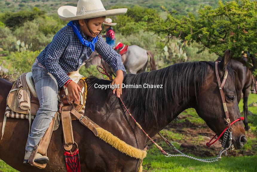 Queretaro, Qro, 25 de junio de 2016.- El alcalde capitalino, Marcos Aguilar; encabez&oacute; una cabalgata de supervisi&oacute;n de rehabilitaci&oacute;n de bordos y caminos de saca en Santa Rosa  J&aacute;uregui. Con una inversi&oacute;n de 5 mdp, con 15 mil beneficiarios de 17 comunidades. <br /> <br /> Foto: Demian Ch&aacute;vez