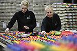 Foto: VidiPhoto<br /> <br /> BARNEVELD - Bij het eierpakstation Eicom in Barneveld sorteren en pakken Natascha van Hamersveld (r) en Inge Herzog maandag de eerste lading gekleurde eieren in. Het gaat om zo'n 100.000 stuks. Tot Pasen volgen er nog eens 400.000. De verwerking van gekleurde Paaseieren begint vier weken voor Pasen. Veel eieren worden besteld door tal bedrijven en organisaties om aan hun klanten uit te delen of als decoratie. De gekleurde eieren van Eicom zijn bestemd voor de Nederlandse markt, met name de horecagroothandel. Boven de grote rivieren worden traditioneel alleen met Pasen geverfde eieren gegeten, in het zuiden van ons land gebeurt dat ook tijdens andere feestdagen. In Duitsland en Oostenrijk zijn gekleurde eiren het hele jaar door populair. Het inpakken van de Paaseieren is bij Eicom slechts een klein deel van de totale productie van 130 miljoen stuks. De consumptie van eieren in Nederland is ook het afgelopen jaar opnieuw gestegen en ligt nu op 200 stuks per hoofd van de bevolking.