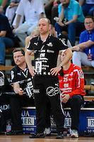 Trainer Stefan Madsen (HCL) verfolgt angespannt das Spiel von der Seitenlinie