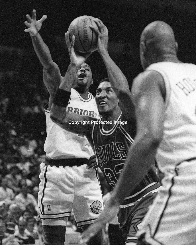 Chicago Bulls Scotty Pippen drives against the Golden State Warriors. (photo/Ron Riesterer)