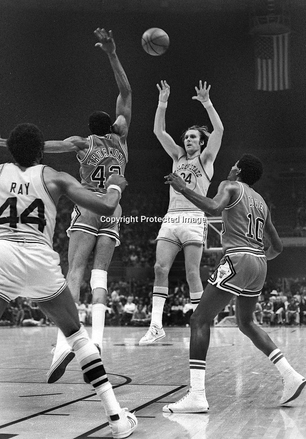 Warrior Rick Barry shooting over Chicago Bulls Nate Thurmond, (1975 photo/Ron Riesterer)