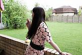 Protagonistin Nadja uf dem Balkon ihrer Wohnung, in dem sie mit ihrem Mann lebt / 23 Jahre alt, wohnt in Moskau, HIV-infiziert, ausgebildete Sozialpädagogin, arbeitet einerseits im Baustoffhandel und ehrenamtlich in einer HIV-Beratungsstelle
