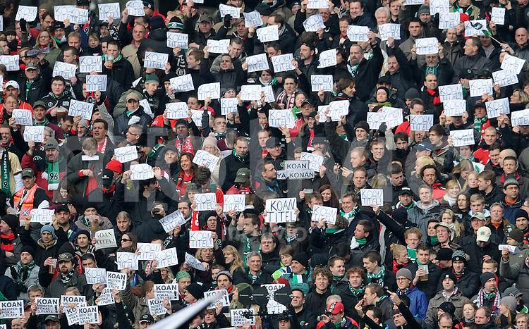 FUSSBALL   1. BUNDESLIGA   SAISON 2010/2010   25. Spieltag Hannover 96 - FC Bayern Muenchen                        05.03.2011 Fans von Hannover 96 zeigen Schilder mit der Aufschrift KOAN TITEL