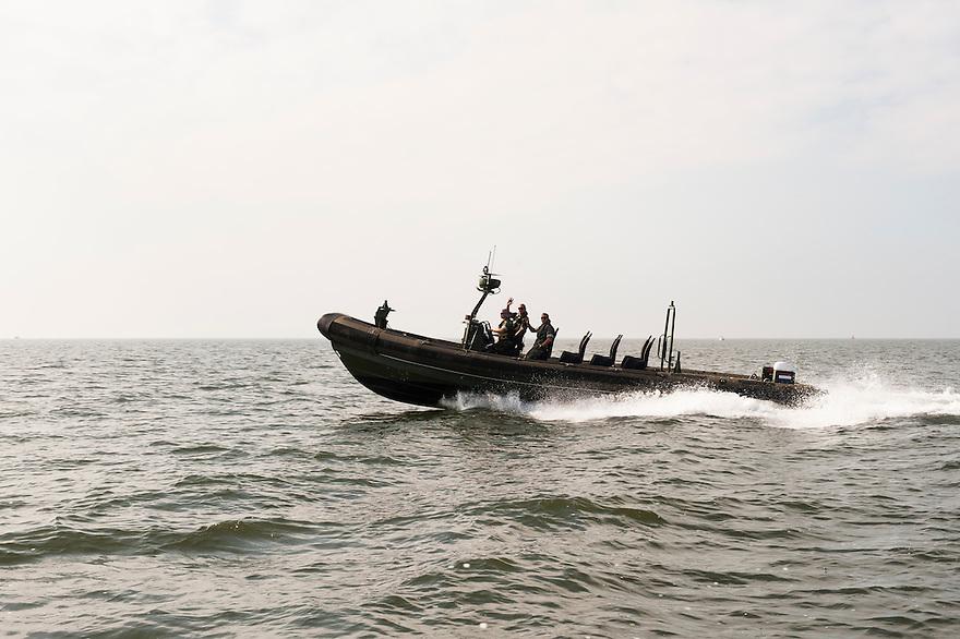 Nederland, Den Helder, 4 sept 2013<br /> FRISC rubberboot, behorend bij patrouilleboot van de Marine de ZM Friesland net buiten de haven van marinebasis den Helder. Zeer snelle boot die wordt ingezet bij drugspatrouilles in de cariben en bij afrika bij de bestrijding van piraterij.<br /> Marine moet ook fors bezuinigen.<br /> <br /> Foto(c): Michiel Wijnbergh