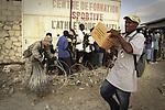 Terremoto en Haiti.  Entrega de ayuda humanitaria a los habitantes de Cite Soleil, un conflictivo barrio de Puerto Principe. Los Marines de los Estados Unidos (EE.UU.) y cascos azules de Naciones Unidas protegen el reparto para evitar el asalto a los camiones..After quake in Haiti, the population affected suffer the consecuences of the disaster