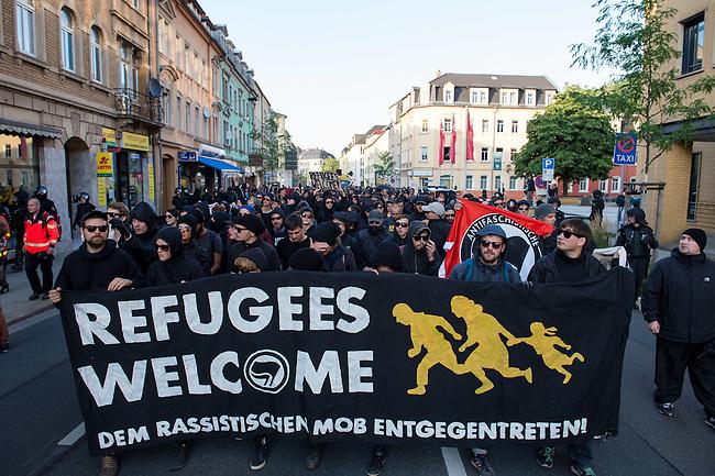 Ca. 500 Menschen demonstrierten am Freitag den 31. Juli 2015 im Saechsischen Feital gegen Rassismus und fuer die Aufnahme von Fluechtlingen.<br /> Nach mehreren Wochen rassistischer Uebergriffe und Bedrohungen durch einen Teil der Freitaler Bevoelkerung war dies ein Zeichen der Solidaritaet mit den gefleuchteten Menschen.<br /> Am Rande der Demonstration kam es immer wieder zu rassistischen Poebeleien, Flaschenwuerfen und versuchten Angriffen auf die Demonstranten durch Neonazis und Hooligans die sich vor ihrer Stammkneipe &quot;Timba&quot; versammelt hatten. Vereinzelt ging die Polizei gegen die Rechten vor und nahm mindestens eine Person wegen zeigen eines Hitlergrusses fest. Die Flaschenwuerfe blieben fuer die Rechten folgenlos.<br /> 31.7.2015, Freital/Sachsen<br /> Copyright: Christian-Ditsch.de<br /> [Inhaltsveraendernde Manipulation des Fotos nur nach ausdruecklicher Genehmigung des Fotografen. Vereinbarungen ueber Abtretung von Persoenlichkeitsrechten/Model Release der abgebildeten Person/Personen liegen nicht vor. NO MODEL RELEASE! Nur fuer Redaktionelle Zwecke. Don't publish without copyright Christian-Ditsch.de, Veroeffentlichung nur mit Fotografennennung, sowie gegen Honorar, MwSt. und Beleg. Konto: I N G - D i B a, IBAN DE58500105175400192269, BIC INGDDEFFXXX, Kontakt: post@christian-ditsch.de<br /> Bei der Bearbeitung der Dateiinformationen darf die Urheberkennzeichnung in den EXIF- und  IPTC-Daten nicht entfernt werden, diese sind in digitalen Medien nach &sect;95c UrhG rechtlich geschuetzt. Der Urhebervermerk wird gemaess &sect;13 UrhG verlangt.]