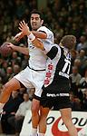 Handball Herren, 1.Bundesliga 2003/2004 Goeppingen (Germany) FrischAuf! Goeppingen - Wilhelmshavener HV (25:27) links Jaliesky Garcia (FAG) wirft, rechts Gylfi Gylfason (WHV)
