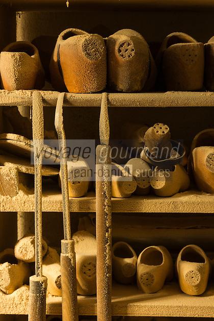 Italie, Val d'Aoste, Val d'Ayas,  Ayas, Antagnod:  Sabotier - Les sabotiers d'Ayas sont renomm&eacute;s pour leur habilet&eacute; dans le travail du bois pour la fabrication des sabots // Italy, Aosta Valley, Ayas, Antagnod:  The woodwork of the sabotiers d'Ayas is renowned for its sabot shoes, known in the local dialect as ts&ocirc;ques.<br /> AUTO N&deg;: 2013-159