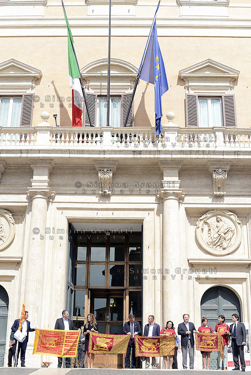 Roma, 17 Settembre 2014<br /> I parlamentari veneti della Lega Nord insieme con il segretario nazionale della Liga Veneta Flavio Tosi  in piazza Montecitorio davanti all'ingresso della Camera per un evento pro indipendenza del Veneto alla vigilia del referendum scozzese.<br /> <br /> Rome, 17 September 2014 <br /> Parliamentarians of the Northern League with the national secretary of the Veneta League Flavio Tosi  in Piazza Montecitorio in front of the entrance of Parliament  for an event  pro independence  of Veneto on the eve of the referendum in Scotland.