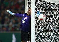 USSBALL   1. BUNDESLIGA    SAISON 2012/2013    10. Spieltag   Werder Bremen - FSV Mainz 05                             04.11.2012 Torwart Christian Wetklo (1. FSV Mainz 05) kommt zu spaet bei dem Gegentor zum 2-1