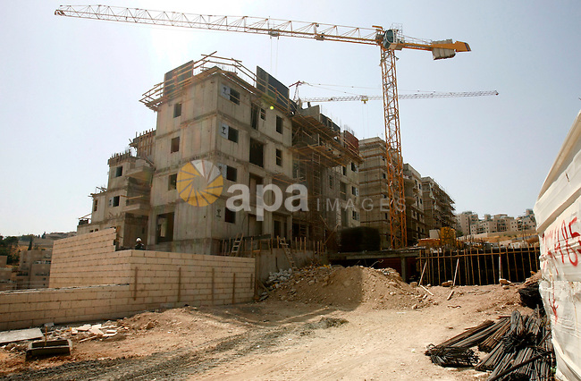 Workers continue the construction at the site of Jewish settlement Harmoun Hanatseve Next to the Arab neighborhood Ras Al Amoud, in the south of Jerusalem, On 10 June 2012. Photo by Mahfouz Abu Turk