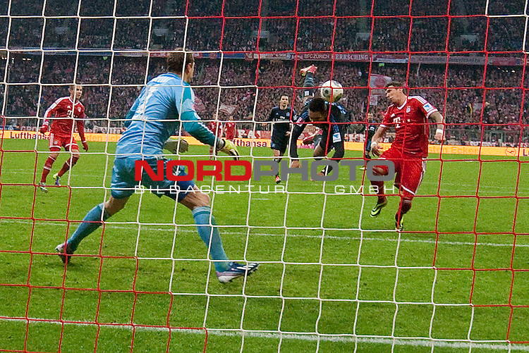 14.12.2013, Allianz Arena, Muenchen, GER, 1.FBL,  FC Bayern Muenchen vs. Hamburger SV, im Bild Torschuss zum 1-0 mit Johan Djourou (HSV #5) und Mario Mandzukic (FCB #9) mit Jaroslav Drobny (HSV #1) mit der hintertor remote<br /> <br /> Eigentor<br /> Querformat,<br /> <br /> Foto &copy; nordphoto / Straubmeier